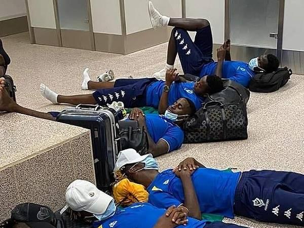 Tin bóng đá Arsenal 17/11: Aubameyang vật vã ngủ ở sân bay hơn 6 tiếng